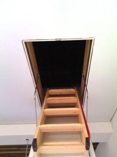 Люк с лестницей для прохода на чердак