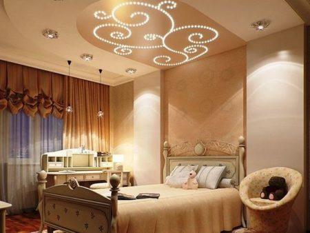 Бежевый комбинированный потолок создаст в спальне мягкую и уютную атмосферу
