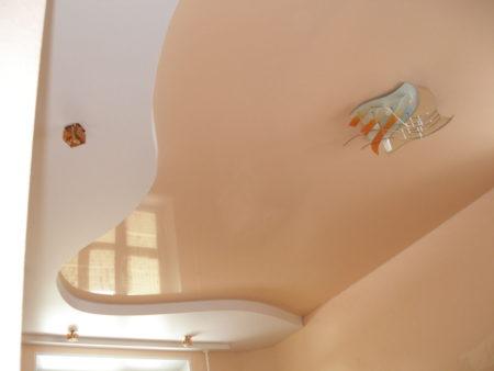 Фото сочетания глянцевого потолка с гипсокартонным