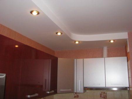 Вид потолка с подсветкой