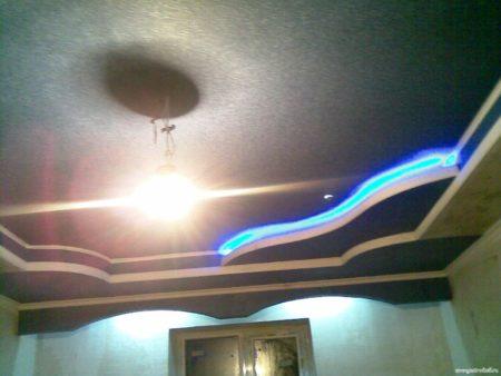 Комбинирование люстры, точечных светильников и светодиодной ленты – выигрышный вариант