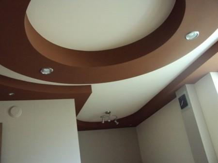 Эффектное зонирование пространства в зале при помощи отдельных выступающих элементов разной формы