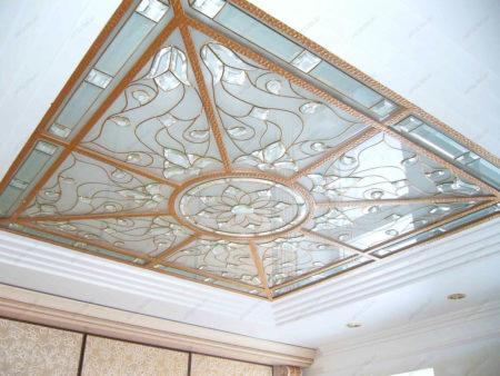 Фото привлекательного варианта оформления определенной части потолка с помощью зеркал с рисунком на них