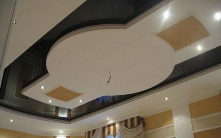 Форма подвесного элемента повторяет вытянутость помещения