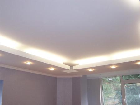 Светильники, установленные по периметру потолка