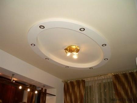 Помещение квадратной формы хорошо сочетается с подвесной конструкцией в виде кольца