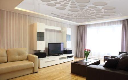 Белая глянцевая пленка отражает свет из широкого окна в зале, делает комнату 18 кв. м светлее и визуально больше