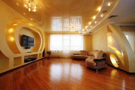Глянцевый натяжной потолок в совокупности с гипсокартоном зрительно увеличивает размер помещения