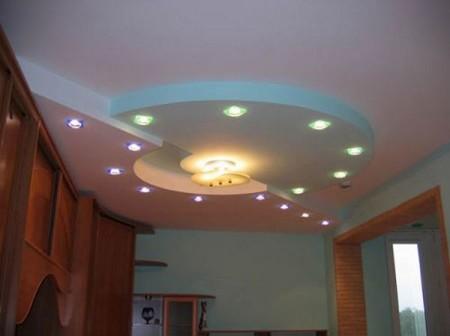 Фото геометрического диагонального потолка в зале