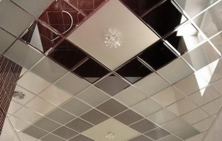 Фацетированная панель создает потолок с фактурой «шоколадки»