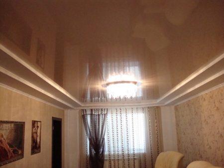 Центральный глянцевый участок по ширине такой же, как и окно
