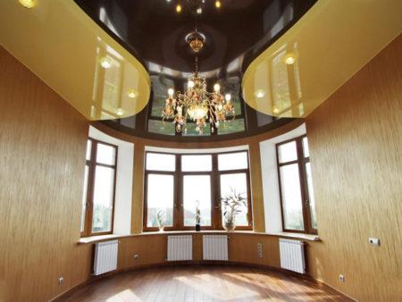 На этом фото показан дизайн эркера с глянцевым двухуровневым потолком