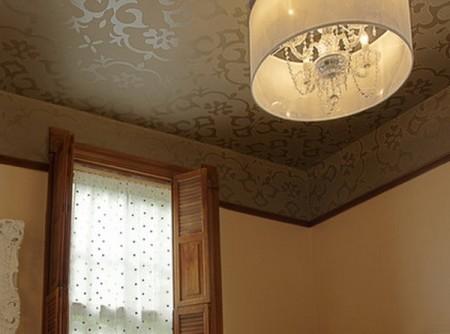 Дизайн зала с покрытием обоями