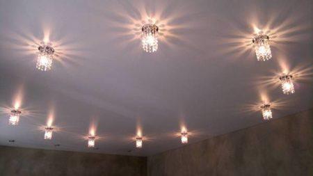 В подвесной потолок можно вмонтировать любое количество светильников