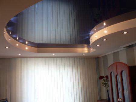 Фото пленочного натяжного потолка с интересным оформлением дизайна
