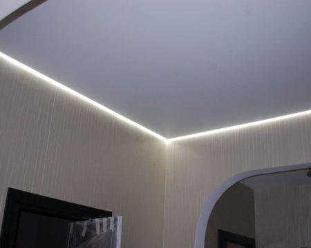 Плавающий потолок со световой отделкой