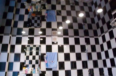 Стильный блестящий потолок в ванной комнате – дизайнерское решение для современных и уважающих себя людей