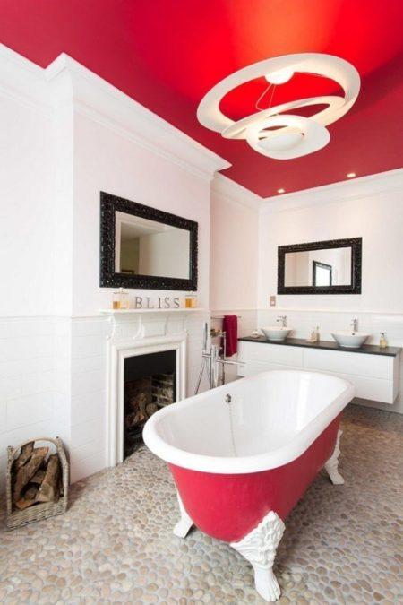 Фото красной поверхности в интерьере ванной комнаты