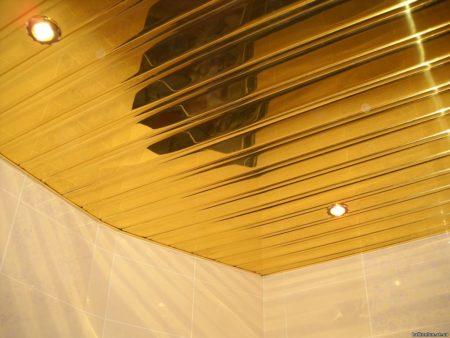 Реечные панели с наличием декоративных вставок в интерьере ванной