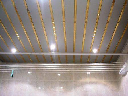 Оригинальный потолок, монтаж которого прост – отличное решение для ванной
