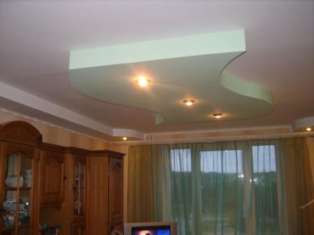 Многоуровневый потолок в зале