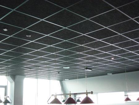 Эффектный черный дизайн потолочной поверхности, в основе которой – плитка Армстронг