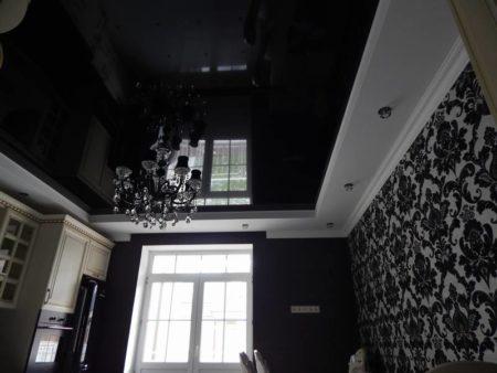 Фото внешнего вида глянцевой поверхности со стенами с орнаментом