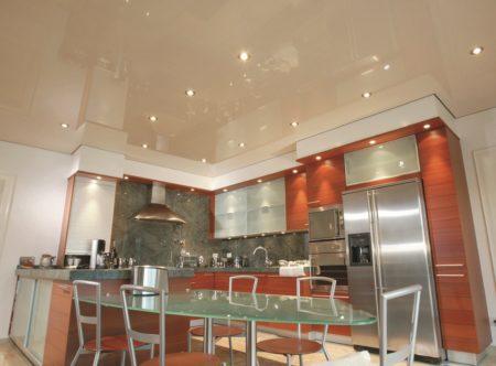 Один из вариантов оформления дизайна кухни с помощью натяжного потолка