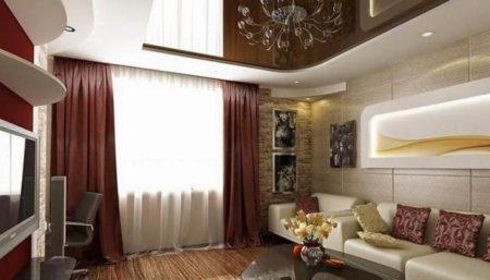 Натяжной потолок каштанового цвета сочетается с тяжелыми терракотовыми шторами