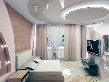 Фото роскошного интерьера в светло-бежевой цветовой гамме с интересным многоуровневым полотном