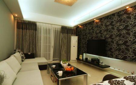Фото гостиной с темными тонами и белой поверхностью потолка