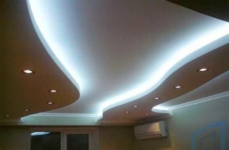 Плавные линии с подсветкой в интерьере помещения