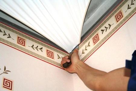 Осуществление натяжения потолочного покрытия