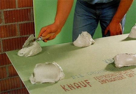 Нанесение клея при монтаже потолка из гипсокартона