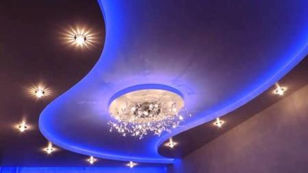 Яркий интерьер гостиной получился благодаря использованию глянцевого полотна