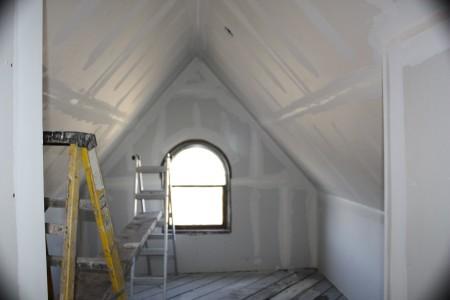 Отсутствие необходимого каркаса и привлекательный потолок из листов гипсокартона