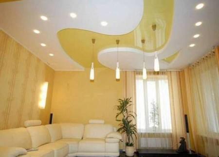 Сегментированный потолок, в котором центральная часть из ПВХ пленки выполнена в одном цвете со стенами