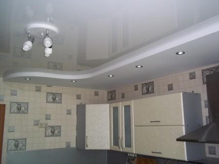 Ухоженный гипсокартонный потолок на кухне