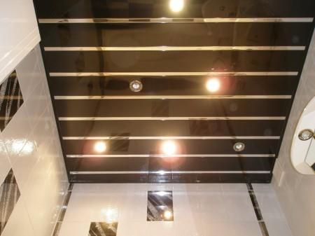 Необычный потолок из панелей в черном оттенке