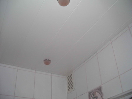 Белый пластиковый потолок в ванной комнате