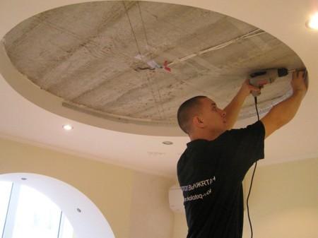 Один из этапов самостоятельной установки потолка