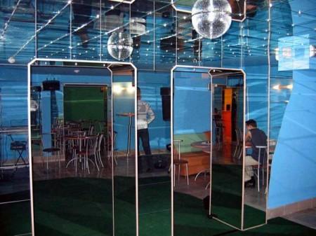 Отражающий потолок из акрила стирает границы помещения