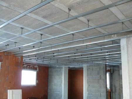 Если потолок выполнен по технологии, то лист крепится поперек направляющих, шаг между которыми 60 или 80 см