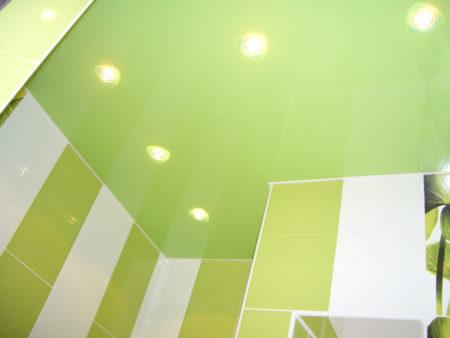 Ванная комната с глянцевой потолочной отделкой