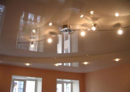 На этом фото видно, что глянцевое полотно может зрительно увеличить объем стандартного помещения в 18 кв. м