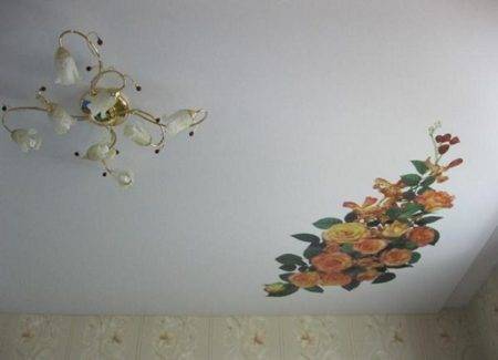 Заплатка на тканевом потолке будет заметна, и после восстановления нужно придумать, как ее замаскировать