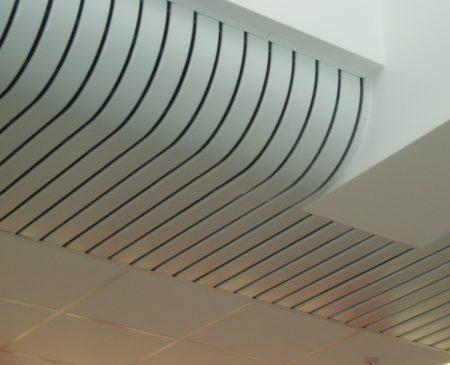 Изогнутый реечный потолок