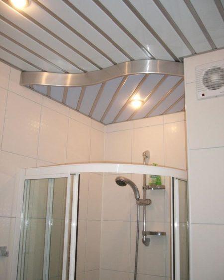Один из вариантов дизайна реечного потолка с созданием простого рисунка в ванной комнате
