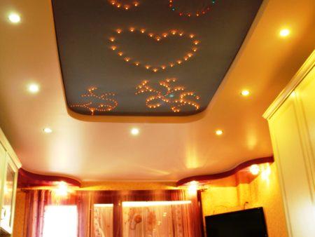 Оригинальный потолок, где важную роль играют светильники