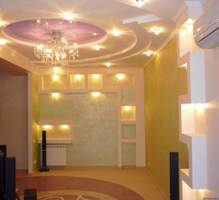 Выделение деталей интерьера с помощью потолочных светильников, монтированных на потолок и предметы меблировки